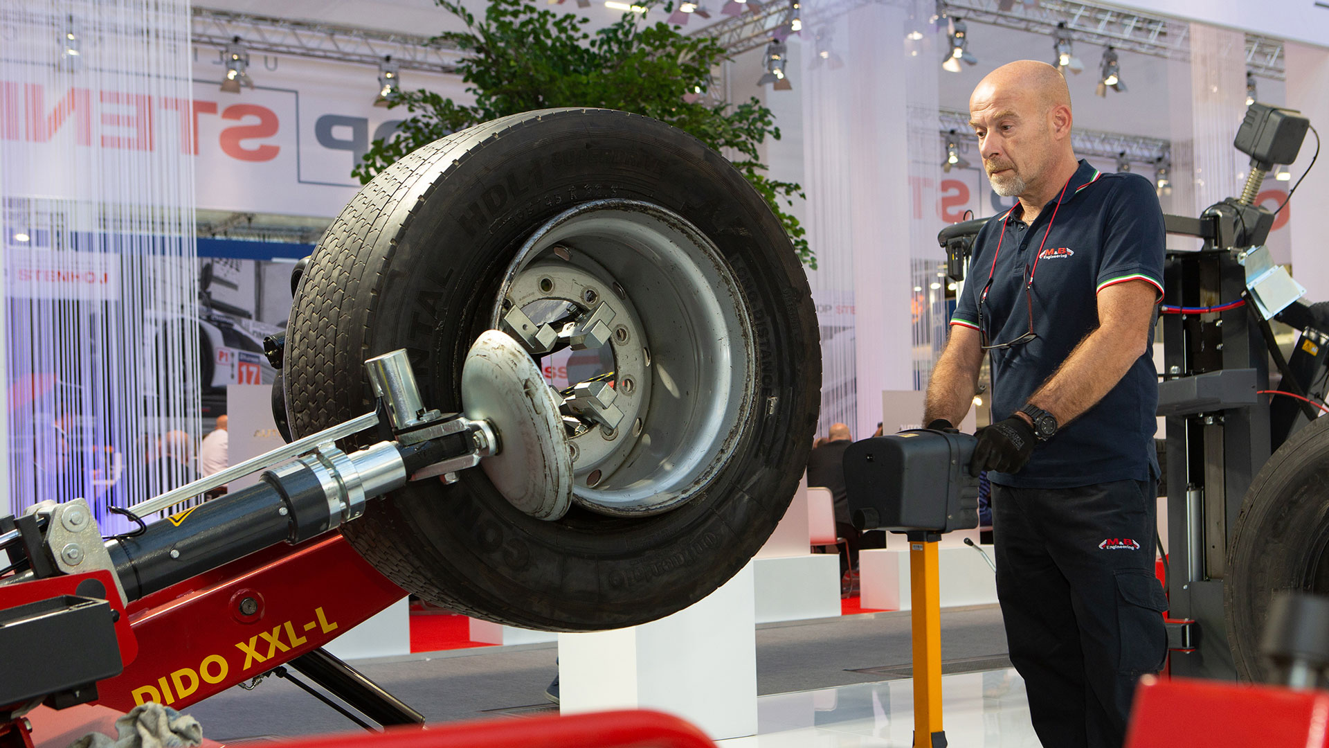 Tyre changer for truck tyres